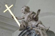 Figur mit Kreuz